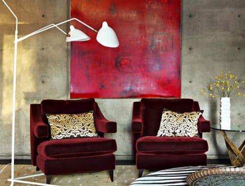 Puff i sebramønster foran betongvegg med rødt kunstverk