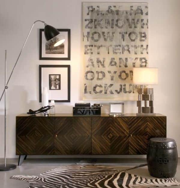 Elegant gang med sebraskinn foran skatoll med kunstverk over.