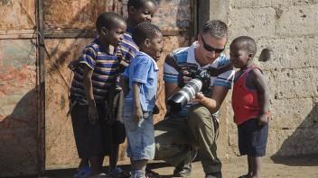 Unger som flokker seg rundt fotograf i Mosambik