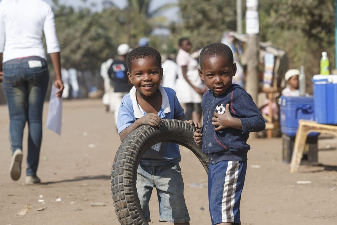 Barn som leker med dekk i gata i Maputo i Mosambik på østkysten av Afrika.