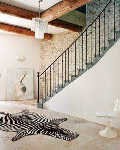 Sebraskinn i mural trappeoppgang med kunstverk