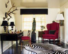 Den røde stolen gir rommet en skikkelig fargeklatt