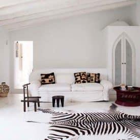 Enormt sebraskinn i spanskinspirert stue med takåser.