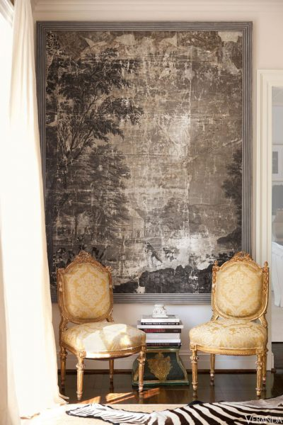 Sebraskinn foran gullstoler i fransk silke, en stil forbeholdt de velstående.