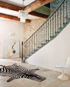 Sebraskinn i trappeoppgang. Kunstverk stående på gulvet.