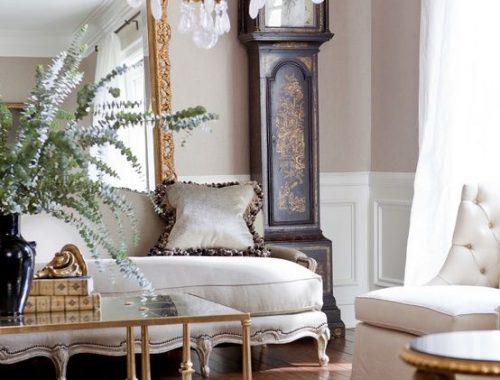 Bestefarklokke med sebrateppe i finstue med enormt speil i gullramme.