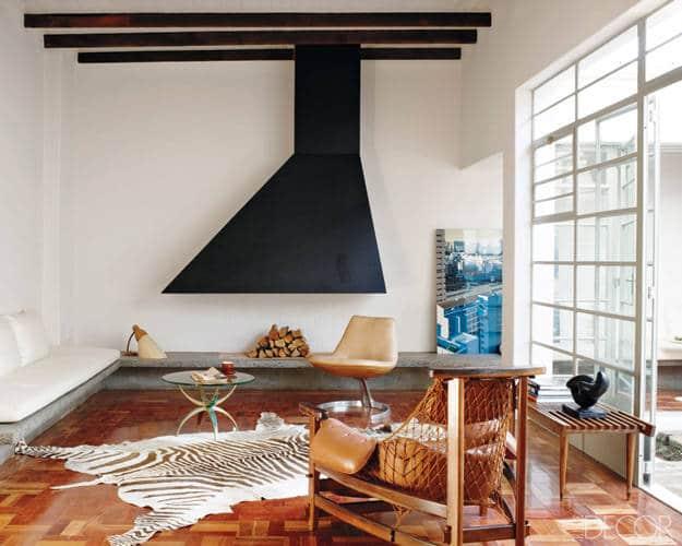 Moderne peis i stål med sebraskinn på gulvet. Fra stue i Sør-Afrika