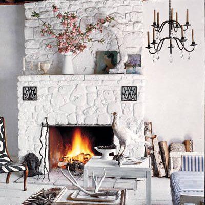 Sebraskinn og stol med sebramønster på røft hvitt treguvl. Foto: William Waldron