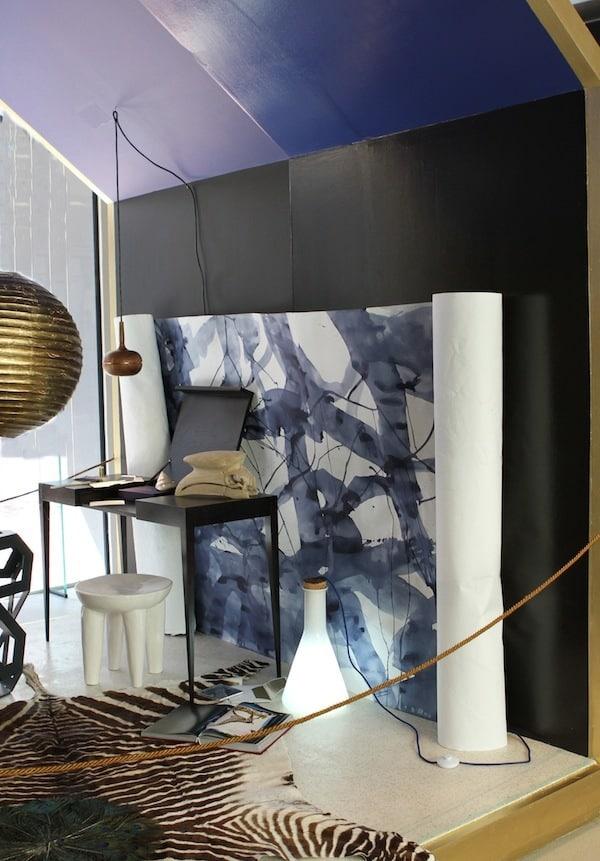 Sebrateppe og gullampe i blått rom