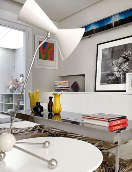 Loftstue med sebraskinn og designerlampe