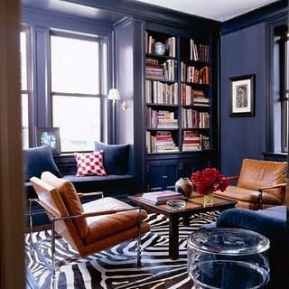 Hjemmebibliotek med sebraskinn