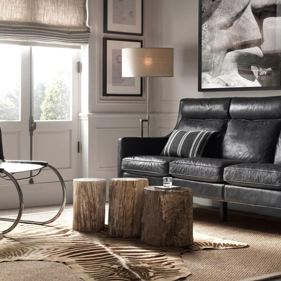 Sofa med sebrateppe på gulvet