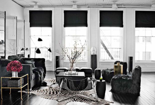Svart interiør med sebraskinn