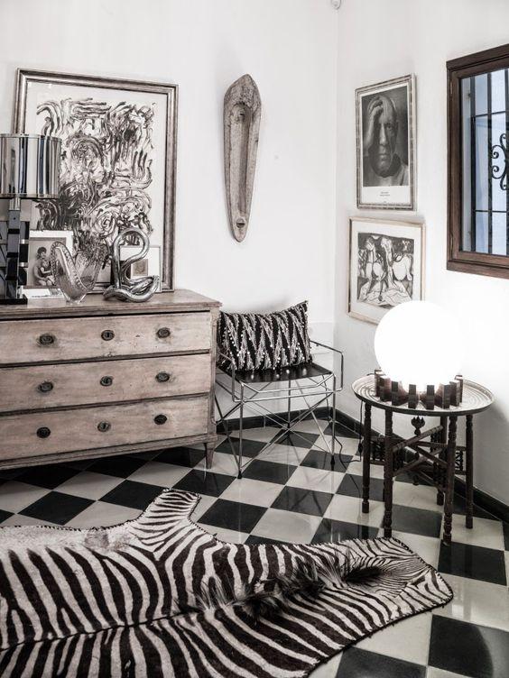 Sjakkmønstrete gulv med sebraskinn på og maske på veggen